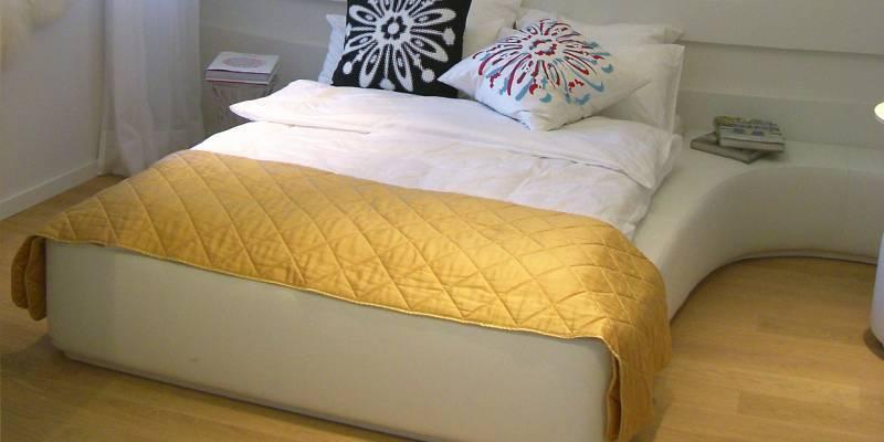 Schönes Maßgefertigtes Bett Alt